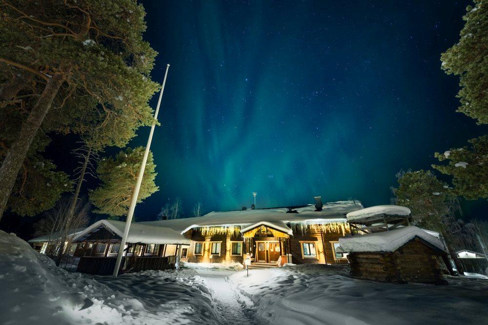 Wilderness_hotel_Nellim_main_building_NorthernLights